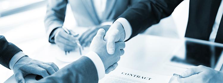 Händereichen als Geste zur erfolgreichen Vertragsunterzeichnung